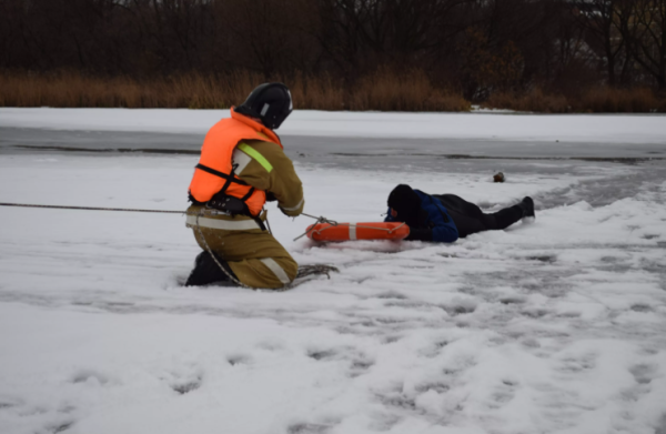 Очередного рыбака извлекли из-подо льда Финского залива