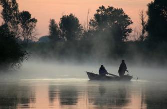 Три рыбака выпали из лодки. Ведутся поиски